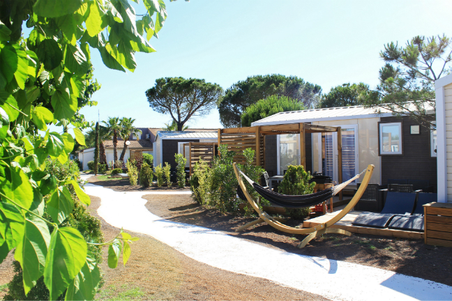 Luxe glamping accommodatie op camping Domaine de la Dragonniere.