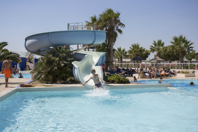 Wauw, kijk dat zwemparadijs op camping Club Le Marisol in Languedoc-Roussillon.